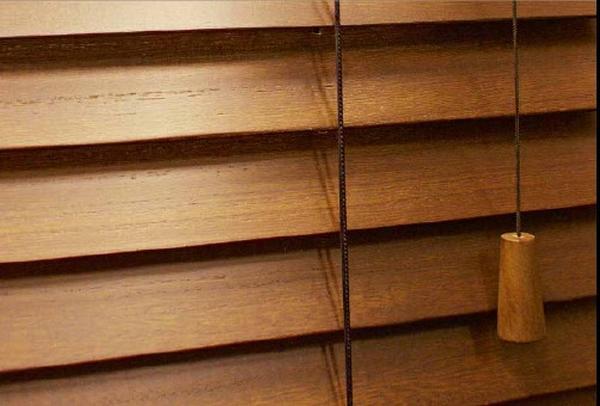 Holzrollo als natürlicher Sonnen- und Sichtschutz